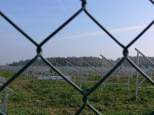Stavba solárních panelů za Určicemi