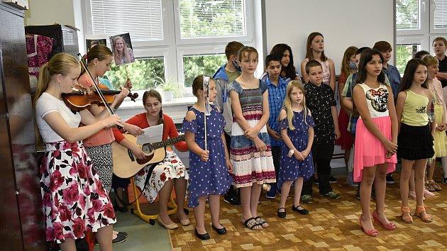 Vrchoslavická škola se loučila s dětmi a i ředitelkou