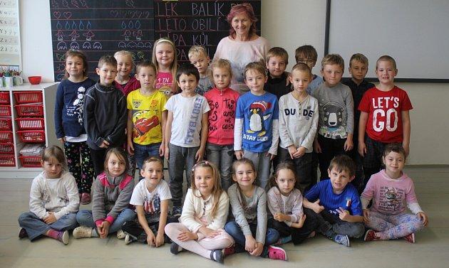 Žáci 1.B ze ZŠ Melantrichova spaní učitelkou Libuší Dvořákovou