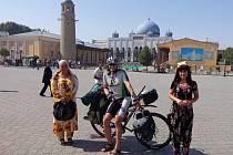 Cestovatel a dobrodruh Radim Jebavý se usmívá v obležení tádžických krasavic.