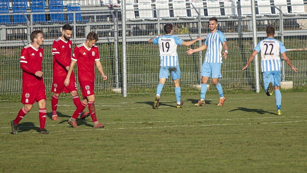 Fotbalisté Prostějova (v modro-bílém) porazili ve druhé lize Vyšehrad 3:0.