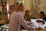 Jana Berg pomáhá při přípravě šatů