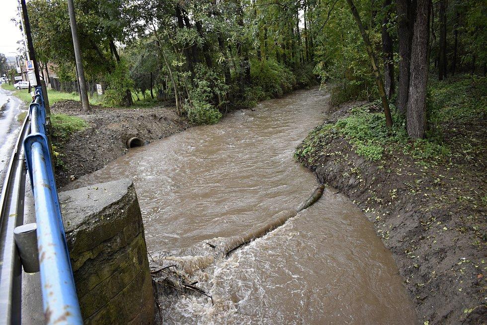 Rozvodněná Hloučela protékala zběsilým tempem i Soběsukami. 14.10. 2020