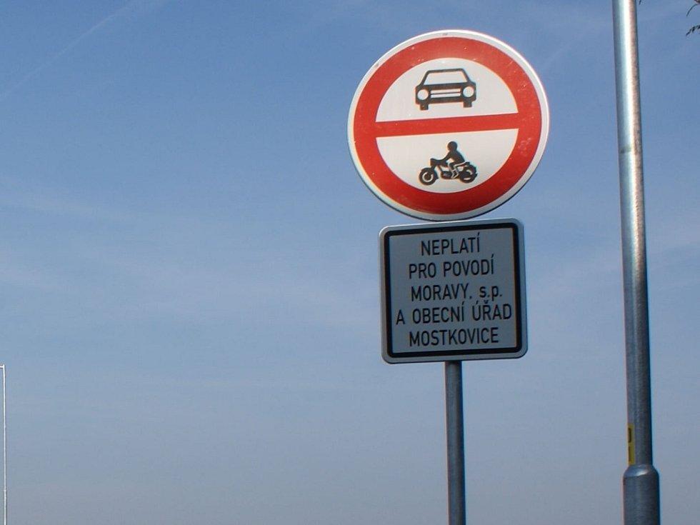 Plumlovská přehrada 1. 11. 2013 - - zákaz vjezdu nepovoleným vozidlům na hráz, ještě přibudou bezpečnostní kamery