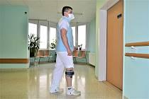 Doktor Marek Bilik využívá při práci v nemocnici rehabilitační pomůcku.