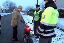 Ve Smržicích policisté zjišťovali, jak dbají chodci na to, aby byli vidět.