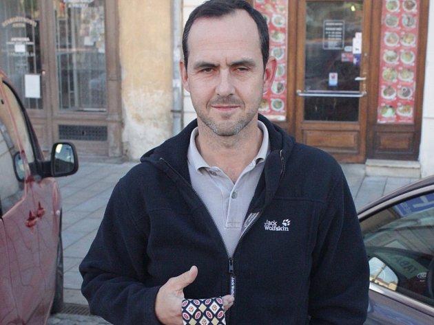 Dvojnásobný mistr světa v ledním hokeji Jiří Vykoukal daroval Kabelkovému veletrhu kravatu