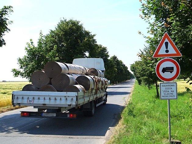 Zákazová značka na staré cestě u Olšan