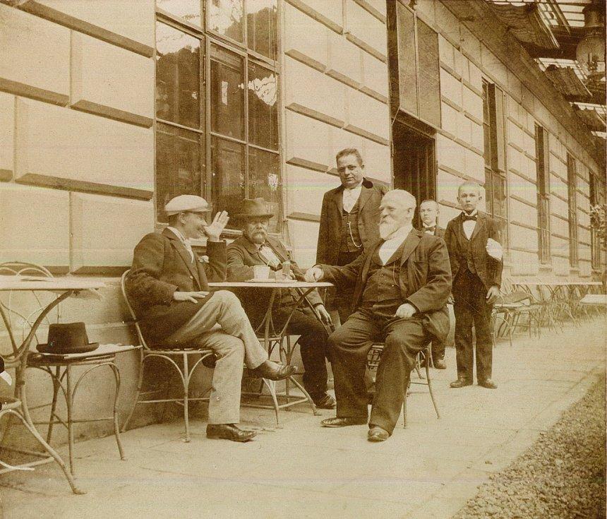Jan Habusta na letní verandě, otevřené v roce 1896. Na verandě se konaly i hudební koncerty (foto Kamil Rodan).