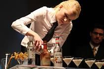 Barmanka Veronika Zavalová na soutěži v Prostějově
