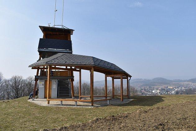 Vyhlídková plošina na vrcholu Brusná nad Bludovem.