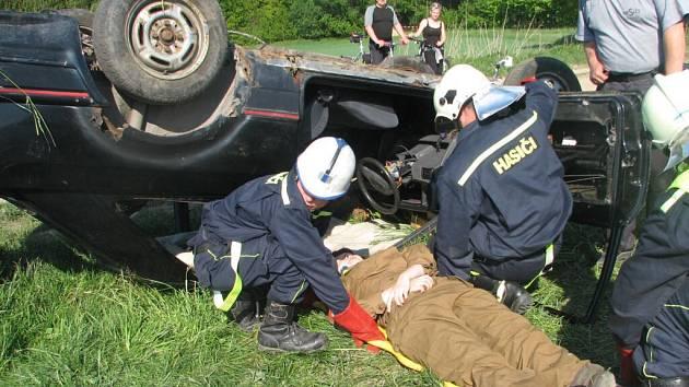 Zásah při autonehodě bývá složitý. Všechno, co se dobrovolní hasiči naučí teoreticky, může při skutečné události zachránit životy.