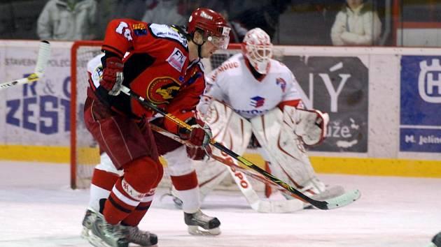 Prostějovští hokejisté (v tmavém) nastříleli olomouckému gólmanovi Štefanu Žigárdymu tři branky, na body jim to však nestačilo.