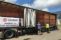 Odjezd tří kamionů z Pily Javořice do postižených oblastí na jihu Moravy zasažených tornádem