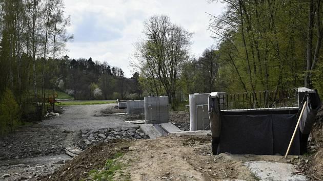 Stavba mostu pro cyklostezku u ústí Hloučely do plumlovské přehrady - 4. 5. 2021