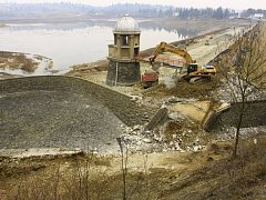 Stavbaři na plumlovské přehradě zbourali most