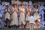 Módní přehlídka v rámci stoletých oslav Střední školy designu a módy ve Smetanových sadech v Prostějově