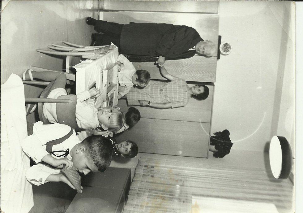 NÁVŠTĚVA PREZIDENTA V ROCE 1970. Ludvík Svoboda zavítal při návštěvě budětského JZD i do Mateřské školy. Na fotografii s paní Růženou Šlézarovou.