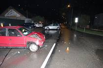 Řidič ignoroval značku a poničil auto sobě i dalšímu šoférovi.