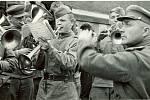 Prostějov 9. května 1945 - sovětští rudoarmějci hrají před Národním domem.