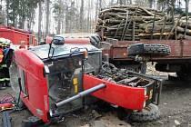 Převrácený traktor ve vojenském prostoru Březina