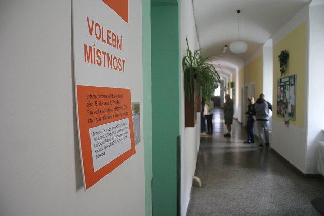 Do volební místnosti na náměstí E. Husserla v Prostějově chtěli jít lidé volit už před druhou hodinou. Zájem byl v prvních chvílích velký