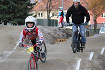 Bikrosová dráha mezi skateparkem a velodromem v Prostějově