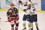 Hokejisté Prostějova (v černém) proti Kladnu