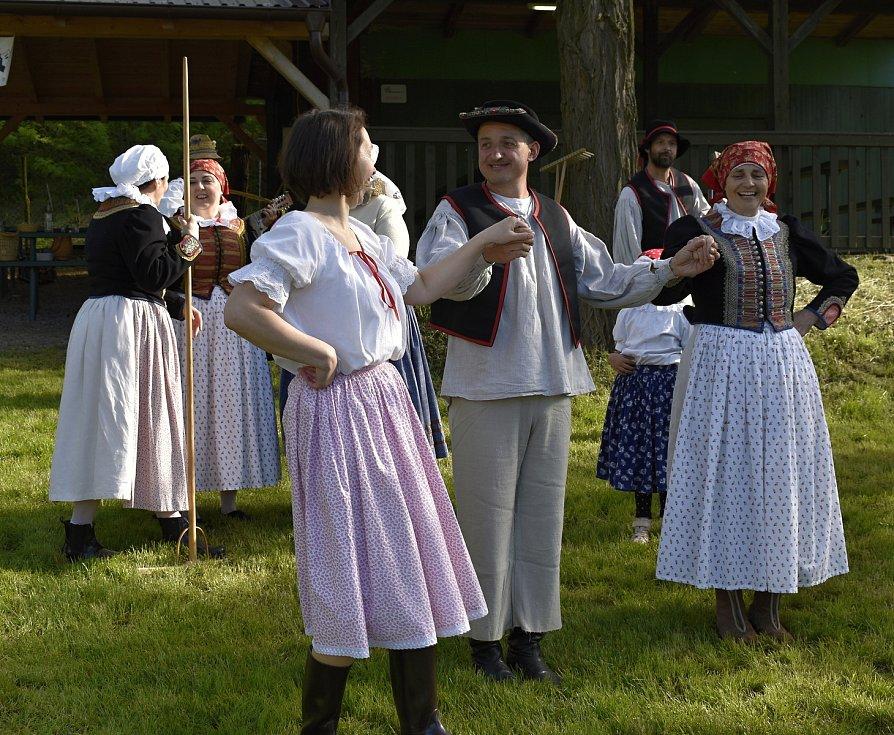 Parta pivínských recesistů si při tradičním sečení trávy zazpívala i zatančila. 29.5. 2021