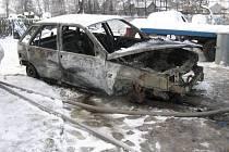 Při banální údržbě, konkrétně při dobíjení autobaterie, začalo v garáží hořet vozidlo. Ačkoliv zasáhli hasiči, zůstal z fiatu jen vrak.