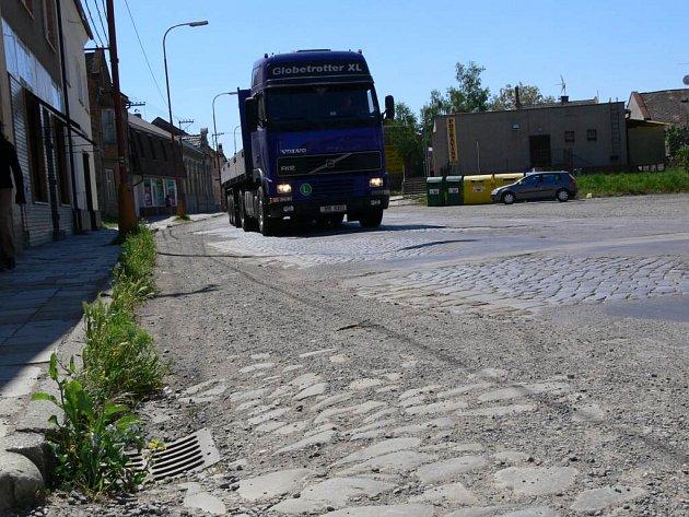 Dalším problémem, který trápí kostelecké je špatný stav silnic.