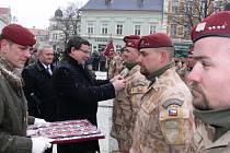 Na náměstí T. G. Masaryka v Prostějově se ve čtvrtek seřadili ke slavnostnímu nástupu příslušníci 8. jednotky Provinčního rekonstrukčního týmu Lógar, kteří se vrátili ze zahraniční operace v Afghánistánu. Vojákům připjal osobně medaile ministr obrany Alex