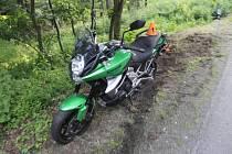 Motorkář na Kawasaki nezvládl zatáčku a skončil v příkopu.