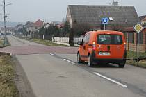 Retardér nemusí znamenat pouze pás napříč cestou, ale také napříč křižovatkou. Příkladem může být i vozovka spojující Čechovice a Domamyslice