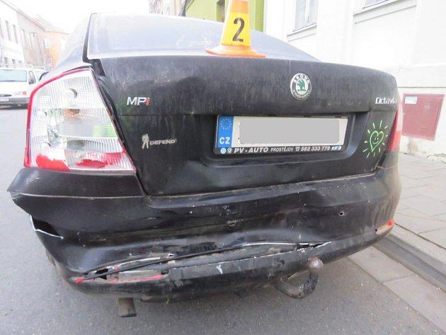 Řidič zapínal za jízdy světla, skončil vzaparkovaném autě.