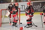 Hokejisté Prostějova (v černém) doma porazili Jihlavu 3:2.