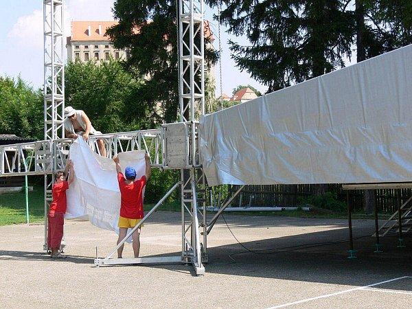 Stavba pódia pro učínkující festivalu Keltská Noc 2010