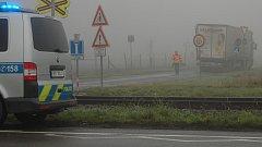 Policisté, hasiči a záchranáři zasahují u srážky vlaku s náklaďákem u Smržic