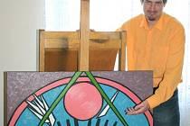 Pavel Zugar maluje, tvoří keramiku či grafiku. Na fotografii je se svým obrazem Pink Floyd, který patří do řady obrazů věnovaných klasikům rockové hudby, které se objevily na loňské výstavě s názvem Víno, ženy a hudba v Informačním centru města Vyškov