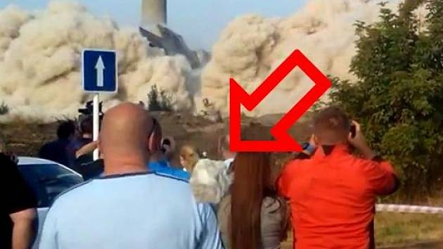Vymrštěný kus betonu po odstřelu OP, který zranil přihlížejícího Lukáše Linku. Záběr z videa Jaroslava Řehulky na youtube
