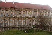 Plumlovský zámek - 3. března 2021 - zdobná fasáda směrem na nádvoří