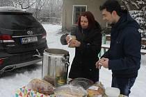 Prostějovská zastupitelka spolu s dobrovolníky rozdává ode dneška před místním nádražím v Prostějově horkou polévku potřebným. Foto: Deník/Michal Sobecký