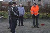 Ani mráz nezastavil vyznavače pétanque v Krumsíně. Ti se v hojném počtu sešli i na 2. svátek vánoční, aby si popovídali a poměřili své síly.