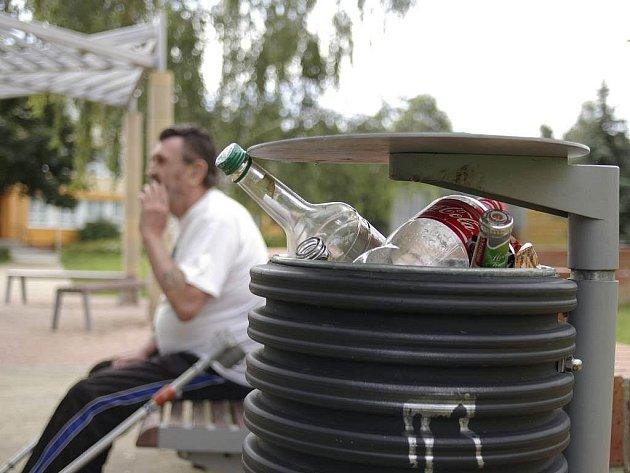 """Rozházené krabičky od cigaret, nedopalky, láhve od piva a alkoholu v koších. Tak to vypadá o prázdninách u řady středních škol v centru Prostějova. """"Je to hrůza"""", říká na to muž na snímku"""