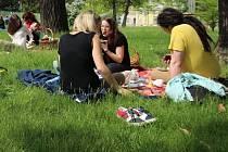 Férový snídaňový piknik před prostějovskou knihovnou