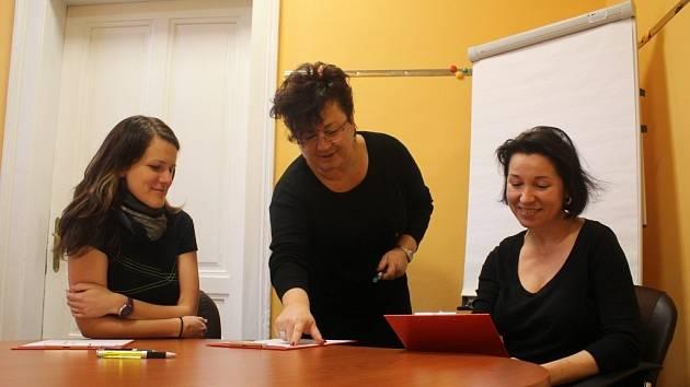 Pracovnice prostějovské pobočky Fondu ohrožených dětí. Zleva: Zuzana Bakalová, Mirka Ticháčková, Regina Šverdíková