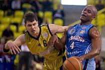 Orli (v modrém) proti Opavě - 4. čtvrtfinále