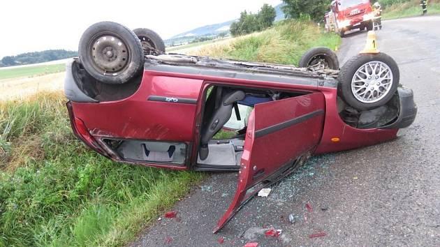 Řidič se spolujezdcem se zranili po té, co auto skončilo na střeše.