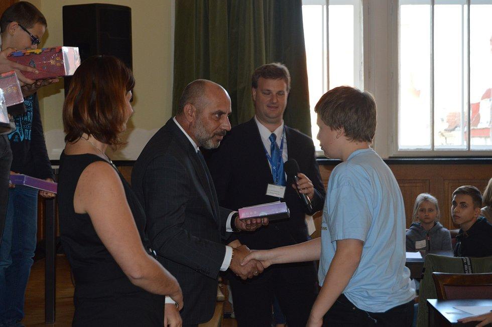 Vítězům přišel pogratulovat i primátor města Prostějov František Jura. Na fotografii s Janem Flajšarem.