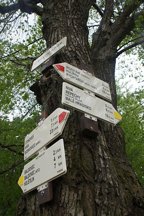 Změny turistického značení na Drahanské vrchovině - nové trasy a rozcestníky - rozcestí Bílý kříž